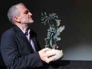 Dyrektor Festiwalu Krzysztof Gierat zestatuetką Smoka Smoków / fot. T. Korczyński