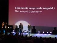 Nagroda Publiczności, od lewej: Konrad J. Zarębski (Portal Filmowy) i laureat Filip Dzierżawski (Miłość) / fot. A. Martyka, kimbbNE