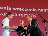 Nagroda im. M. Szumowskiego, od lewej: laureat Bartosz M. Kowalski i minister Sławomir Rogowski / fot. T. Korczyński