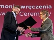 Siergiej Łoźnica otrzymuje nominację EFA z rąk Marion Döring / fot. T. Korczyński